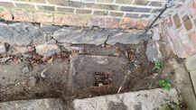 Der bei der Freilegung der Sockelwände gefundene alte Entwässerungsschacht gibt Auskunft über die damalige tiefere Geländeoberkante. © 2021 SBL Neubrandenburg