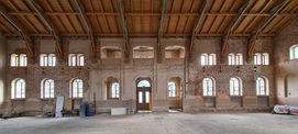 Innenansicht der dem Schlosspark zugewandten Wand der Marstallhalle © 2021 SBL Neubrandenburg