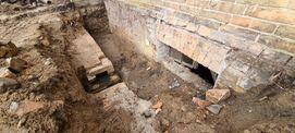 der bei Freilegung für die Abdichtungsarbeiten des Sockelmauerwerks gefundene gemauerte Entwässerungskanal © 2021 SBL Neubrandenburg