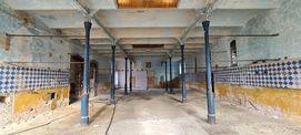 Blick in die Stallung des Südflügels mit historischem Stallfußboden und Fliesenspiegel der Wände © 2021 SBL Neubrandenburg