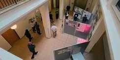 Draufgeschaut: Der Jury werden die Ergebnisse der Vorprüfung und die fünf Beiträge der Kunstschaffenden von Hans-Hinrich Voß vom SBL Rostock vorgestellt. © 2021 Christian Hoffmann  FM M-V