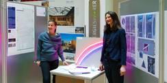 Projektleiterin Ulrike Preßler (li.) und Leiterin Carmen-Alina Botezatu (re.) vom SBL Rostock neben dem Siegerentwurf. © 2021 Christian Hoffmann  FM M-V
