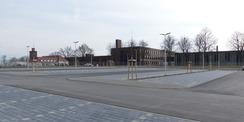Blick Richtung Nordosten - im Hintergrund (v.l.n.r): die alte Feuerwache  das neue Stallgebäude  das neue Laborgebäude und der Bürotrakt des neuen Karreegebäudes © 2021 SBL Greifswald