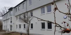 Die Vorderseite des sanierten Gebäudes mit Eingangsbereich © 2021 SBL Greifswald