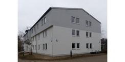 Vorderseite mit Eingang und Giebel des sanierten Gebäudes Haus 1 © 2021 SBL Greifswald
