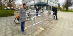 Pünktlich zur Übergabe im April 2021: Sandra Auris  Eckhard Reif und Frank Portwich vom SBL Rostock vor dem (ehemaligen) Landesbehördenzentrum. © 2021 Christian Hoffmann  FM M-V