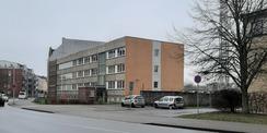 Hier war das Kriminalkommissariat Stralsund bis September 2019 untergebracht: das alte Polizeigebäude aus dem Jahr 1970 - ein typisches  DDR-Bürogebäude  in Plattenbauweise © 2020 SBL Greifswald