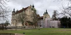 Schlossansicht mit verhüllten Altanmauern © 2021 SBL Schwerin