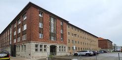 Nord-West-Ansicht  links der Kopfbaubereich und rechts der ehemalige Haftbereich - Das Erscheinungsbild der Fassade ist vollständig erhalten geblieben. © 2021 SBL Neubrandenburg