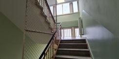 Blick in das Treppenhaus des Kopfbaubereiches mit den Verwaltungsräumen © 2021 SBL Neubrandenburg