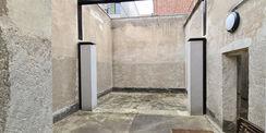 Der Hof für den Freigang wurde behutsam restauriert. Die Mauer und Werksteinabdeckungen am Freigang sind instandgesetzt. Die beiden Pfeiler deuten die nicht mehr vorhandene Trennwand an. © 2021 SBL Neubrandenburg