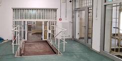 Für den barrierefreien Zugang wurde ein Aufzug im Haftbereich errichtet und ein weiterer Aufzug im Kopfbau. © 2021 SBL Neubrandenburg