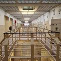 Blick in das 3. Obergeschoss des ehemaligen Haftbereiches © 2021 SBL Neubrandenburg