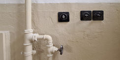Sanitär- und Elektroanlagen blieben im Haftbereich weitestgehend erhalten. Defekte Schalter wurden originalgetreu ausgetauscht. © 2021 SBL Neubrandenburg