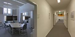 Umbau nach Bedarf - aus einem großen Saal wurden zwei Besprechungsräume (li.)  ein Flur (Mitte) und drei Büros (re.). © 2021 Christian Hoffmann  FM M-V