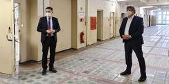 links Direktor der Landeszentrale für politische Bildung  Jochen Schmidt bedankte sich für die gute Arbeit beim SBL Neubrandenburg  rechts der Finanzminister M-V  Reinhard Meyer © 2021 SBL Neubrandenburg