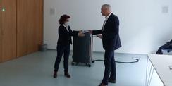 Stefan Wenzl  Abteilungsleiter im Finanzministerium M-V  überreicht die BNB-Plakette an die Rektorin der Greifswalder Universität Prof. Dr. Katharina Riedel © 2021 SBL Greifswald