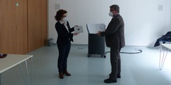 Prof. Dr. rer. nat. Uwe Völker nimmt die Silber-Plakette als Nutzer des Forschungsgebäudes von der Rektorin entgegen © 2021 SBL Greifswald