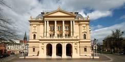 Haupteingang des Mecklenburgischen Staatstheaters in Schwerin © 2021 Silke Winkler