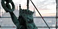 Siegessäule mit Schloss im Hintergrund © 2021 SBL Schwerin