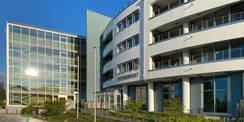 Auf den westlichen Teil der Fassade scheint die Sonne. Im Gebäude wird derzeit der Brandschutz verbessert - parallel dazu plant das SBL Rostock die Sanierung des Gebäudes. © 2021 SBL Rostock