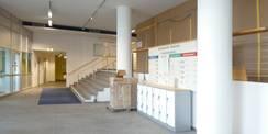 Im Foyer: Staubschutzwand (rechts im Bild  hinter den beiden Säulen) - dahinter wird eine Trockenbauwand gesetzt  die das Treppenhaus rauchsicher vom Foyer trennen wird. © 2021 SBL Rostock