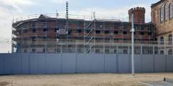 Blick auf die eingerüstete Fassade der Nordseite © 2021 SBL Neubrandenburg