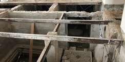 Im Anbau der Exedra erfolgt der Abbruch der Kellerdecke aus Hohldielen aus statischen Gründen in Teilabschnitten. © 2021 SBL Neubrandenburg