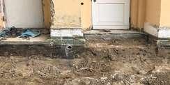 Bohrung im freigelegten Sockelmauerwerk zur Ermittlung des genauen Wandaufbaus © 2021 SBL Neubrandenburg