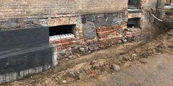 Abdichtungsarbeiten am Sockelmauerwerk des Nordflügels © 2021 SBL Neubrandenburg