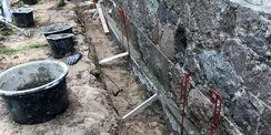 Abdichtungsarbeiten am Sockelmauerwerk des Südflügels – das Mauerwerk wird verfestigt (ausgefugt) und erhält anschließend eine vertikale Abdichtung © 2021 SBL Neubrandenburg