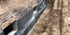 das Sockelmauerwerk mit der fertigen Abdichtung © 2021 SBL Neubrandenburg