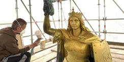 Die Goldbronzierung wird aufgetragen. © 2021 SBL Schwerin