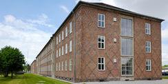 Ansicht der Gebäuderückseite des Gebäude 2 – in den Flächen integrierte rautenförmige Ornamente aus höhergebrannten dunklen Klinkern als Fassadenschmuck an den Gebäudeenden und Giebeln. © 2021 SBL Neubrandenburg