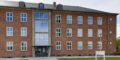 Blick auf einen Eingang des Gebäudes 2 mit den bodengleichen Treppenhausfenstern © 2021 SBL Neubrandenburg