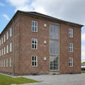 Giebel Gebäude 2 - Als sparsamer Fassadenschmuck wurden an den Gebäudeenden und Giebeln rautenförmige Ornamente aus höhergebrannten dunklen Klinkern in die Flächen integriert. © 2021 SBL Neubrandenburg