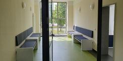 Die ehemaligen Treppenhauserweiterungen auf der Westseite mit den im Denkmalsinn wiederhergestellten bodengleichen Fenstern werden im Erdgeschoss des Gebäude 2 als Warteräume genutzt. © 2021 SBL Neubrandenburg