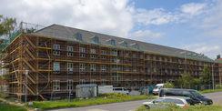 Das Gebäude 5 ist eingerüstet. Die Sanierungsarbeiten sollen im Oktober 2022 abgeschlossen sein. © 2021 SBL Neubrandenburg