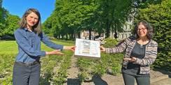 Strahlende Aussichten: Leiterin des SBL Rostock Carmen-Alina Botezatu und Projektmanagerin Heike Wehrle zeigen das Modell des innerstädtischen Quartiers  in dem die HMT um den Neubau erweitert wird. © 2021 Christian Hoffmann  FM M-V