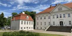 Linkerhand des Schlosses das nördliche Kavalierhaus frisch saniert. © 2021 SBL Schwerin