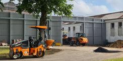 Blick auf die Baustellenzufahrt – die Zufahrt wird asphaltiert © 2021 SBL Neubrandenburg