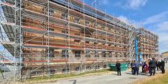 Blick auf das eingerüstete Hafthaus B © 2021 SBL Neubrandenburg