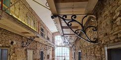 schmiedeeiserne Konsolen tragen die noch hölzernen Galerien  die durch Stahlbeton ersetzt werden © 2021 SBL Neubrandenburg