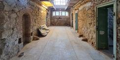 Im Untergeschoss sind die Wände teilweise aus Feldsteinmauerwerk errichtet. Hier werden später unteranderem Lagerräume entstehen. © 2021 SBL Neubrandenburg