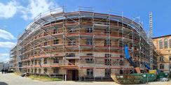 Blick auf die Nord-Ost-Ansicht des eingerüsteten Hafthauses B © 2021 SBL Neubrandenburg