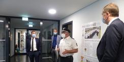 Revierleiter Andre Stegemann führt zu einer kleinen Besichtigungsrunde durch den Polizeineubau © 2021 SBL Greifswald