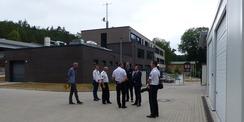 Besichtigung der rückwärtigen Außenanlagen mit Garagen  Carports und Stellplätzen - im Hintergrund der Polizeineubau mit eingeschossigem Gewahrsamstrakt © 2021 SBL Greifswald