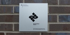 Die Silber-Plakette als Nachweis für besondere Nachhaltigkeit des Neubaus wurde gut sichtbar an der Außenfassade des Eingangsbereiches befestigt © 2021 SBL Greifswald