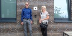 Amtsleiter Stephan Aufdermauer und die verantwortliche Projektleiterin Sina Stüwe vom SBL Greifswald vor der Eingangsfassade mit BNB-Silber-Plakette © 2021 SBL Greifswald