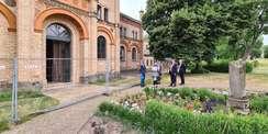 Beim Baustellenrundgang am Marstall im Juni 2021 - vor dem Eingang der dem Schlosspark zugewandten Seite des Marstalls. Unweit dieser Stelle (südöstlich) wurde der Säbel gefunden und geborgen. © 2021 SBL Neubrandenburg